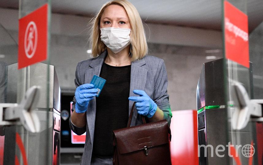 С 12 мая москвичи должны носить маски и перчатки в общественном транспорте и объектах торговли. Фото AFP