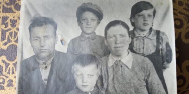 Пётр и Евдокия Воловы с детьми (Лидия сидит в центре) после войны, конец 40-х годов.