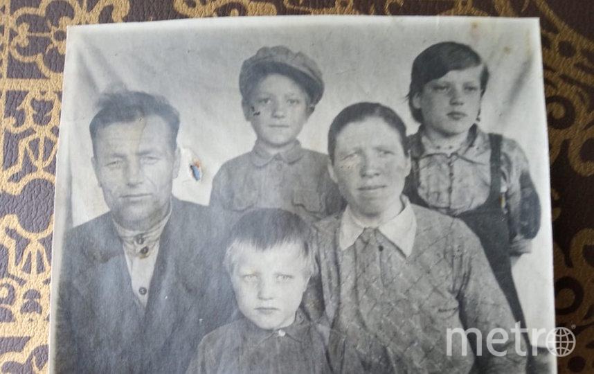 """Пётр и Евдокия Воловы с детьми (Лидия сидит в центре) после войны, конец 40-х годов. Фото """"Metro"""""""