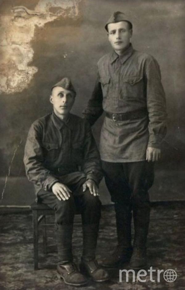 "Пётр Николаевич Волов (справа) с сослуживцем. Фото ""Metro"""