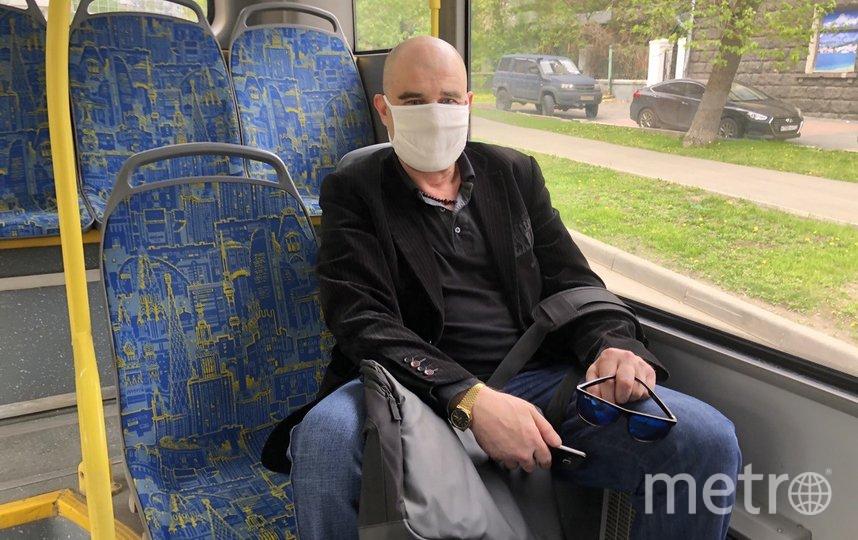 """Этот пассажир электробуса разочаровался в одноразовых перчатках и для снижения темпов распространения коронавируса планирует носить тонкие кожаные. Фото Мария Беленькая, """"Metro"""""""