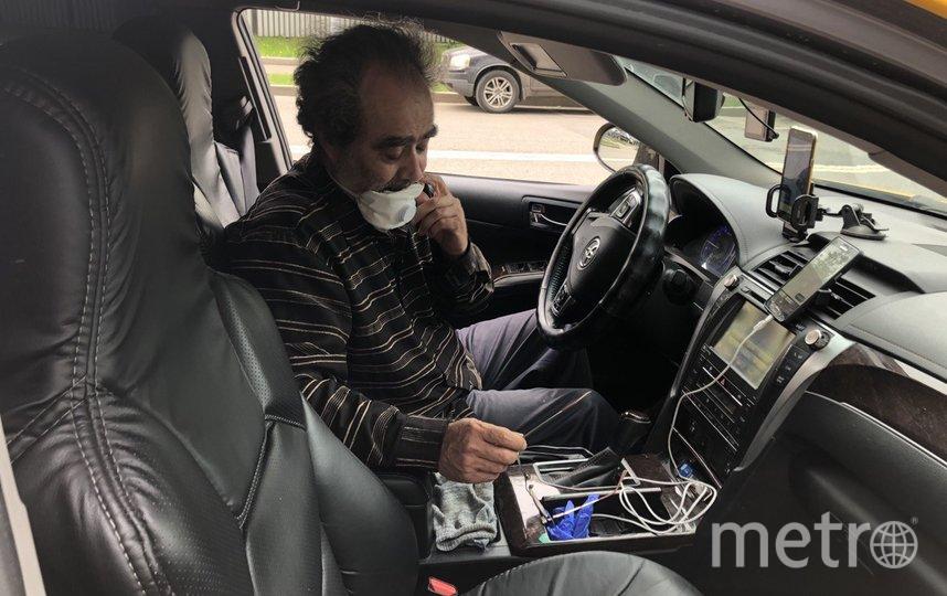 """Водитель такси в шутку называет свой респиратор намордником. Синие перчатки он приготовил для пассажиров. Фото Мария Беленькая, """"Metro"""""""