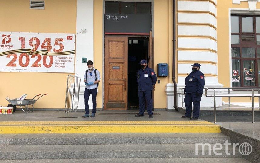 """По словам охранников, на Савёловском вокзале почти все пассажиры сегодня были в масках и перчатках. Фото Мария Беленькая, """"Metro"""""""