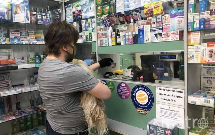 """""""Не герой"""", – так астматик Сергей объясняет, почему без маски и перчаток не выходит даже просто погулять с собакой. Мы встретились сначала на улице, а потом в аптеке. Фото Мария Беленькая, """"Metro"""""""