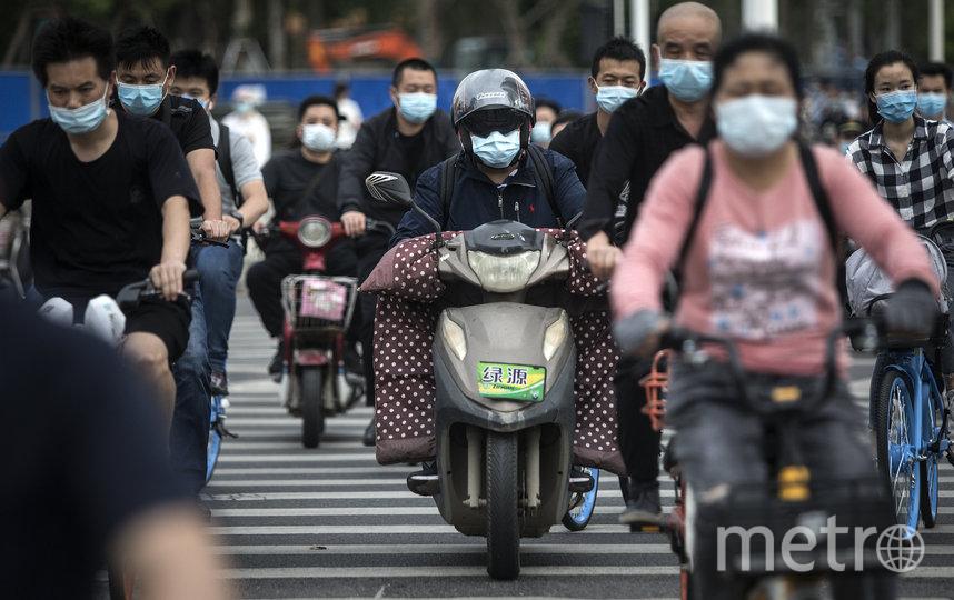 Ношение масок стало обязательным правилом в Ухани. Фото Getty