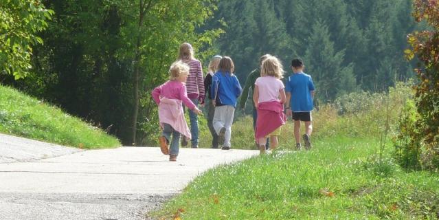 Кое-где разрешили прогулки с детьми.
