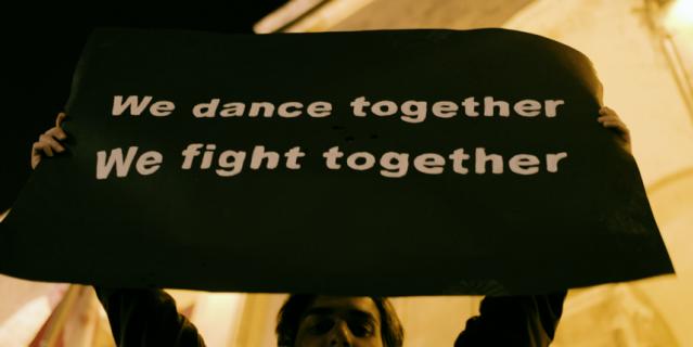"""Фильм """"Raving Riot: Рейв у парламента"""" рассказывает про мирные протесты в Грузии."""