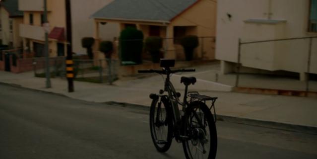 Велосипед едет на стоянку.