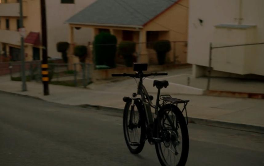"""Велосипед едет на стоянку. Фото Prime video, """"Metro"""""""