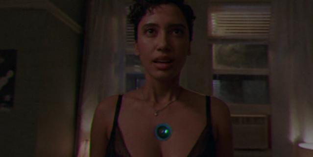 Зелёный кружочек на груди – камера, в которую нужно сказать, что занимаешься сексом без принуждения.