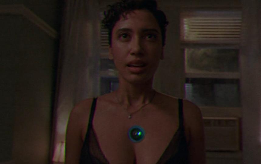 """Зелёный кружочек на груди – камера, в которую нужно сказать, что занимаешься сексом без принуждения. Фото Prime video, """"Metro"""""""