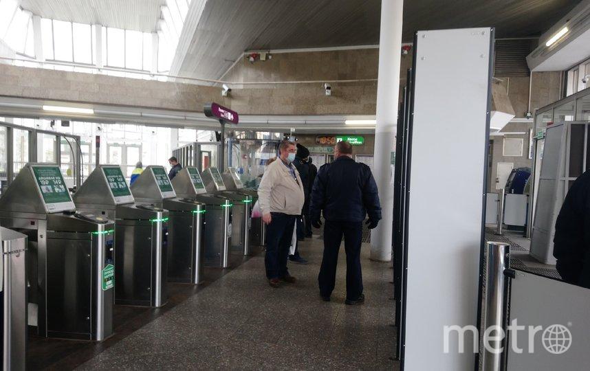 """У турникетов пассажиров встречают сотрудники службы безопасности метрополитена. Фото """"Metro"""""""