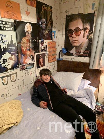 "Темирлан играл фаната Элтона Джона, жившего в комнате с плакатами певца. Фото предоставила Оксана Блаева, ""Metro"""