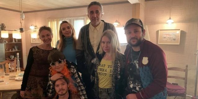 Темирлан вместе с актёрами сериала.