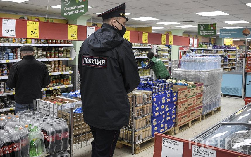 С 12 мая в Москве маску и перчатки необходимо надевать в общественном транспорте, при посещении магазинов и аптек. Фото AFP