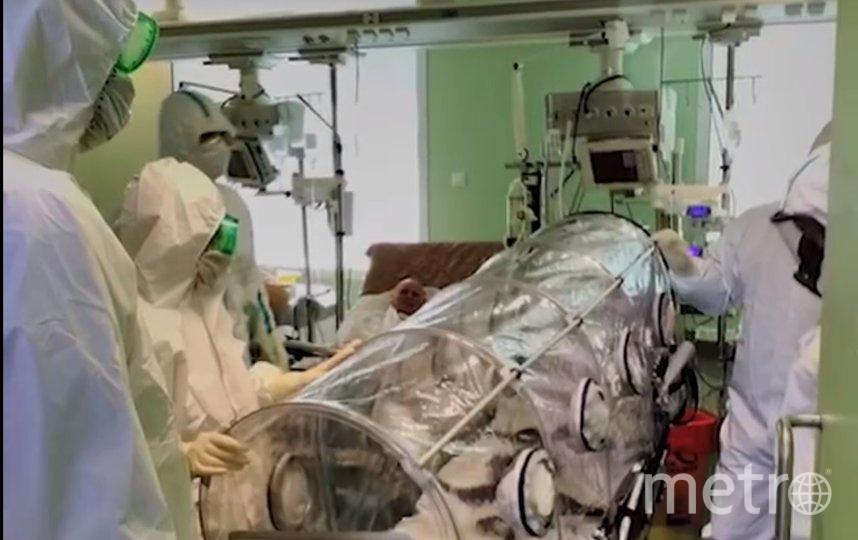 Больного доставили в специальной капсуле. Фото vk.com/koronavirus_spb, vk.com