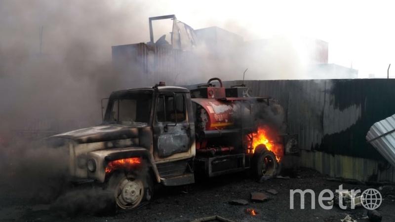 Пожарные ликвидировали открытое горение бензовозов и контейнеров в промзоне в Дзержинском. Фото 50.mchs.gov.ru