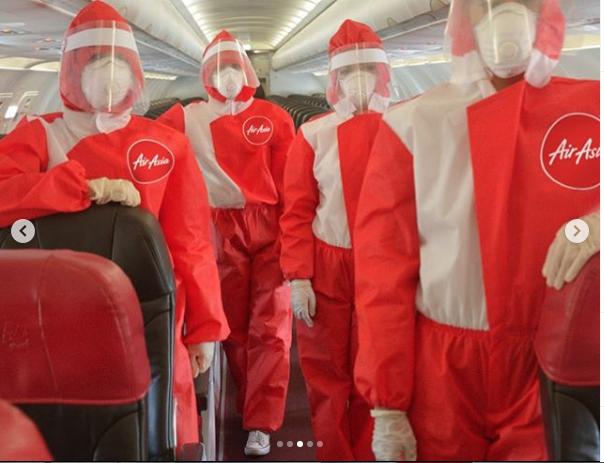 "Cтюардессы в новой форме. Фото INSTAGRAM / @pueyquinones, ""Metro"""