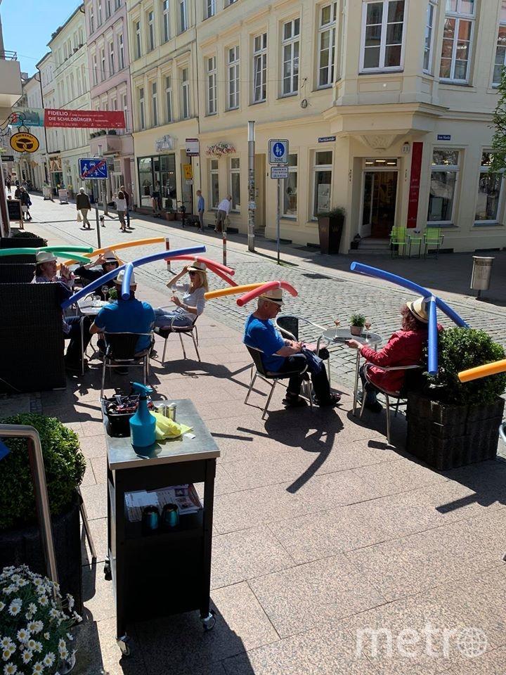 Кафе Rothe выдало своим посетителям шляпы, созданные с помощью нудлов. Фото facebook Cafe & Konditorei Rothe