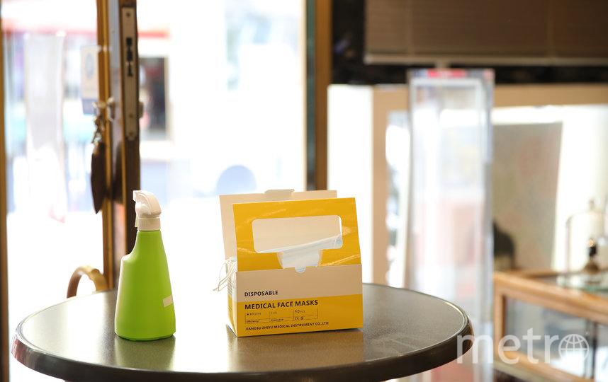 На входе во все заведения будут стоять антисептики. Фото Getty