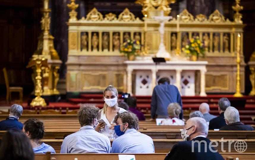 Одна из первых после смягчения карантина служба в церкви Берлина. Фото AFP