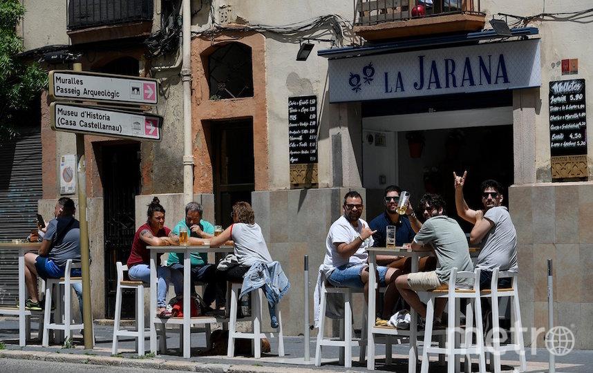 Испанцы наслаждаются напитками в кафе. Фото AFP