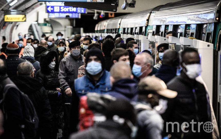 Толпы наблюдаются и парижском метро. Фото AFP