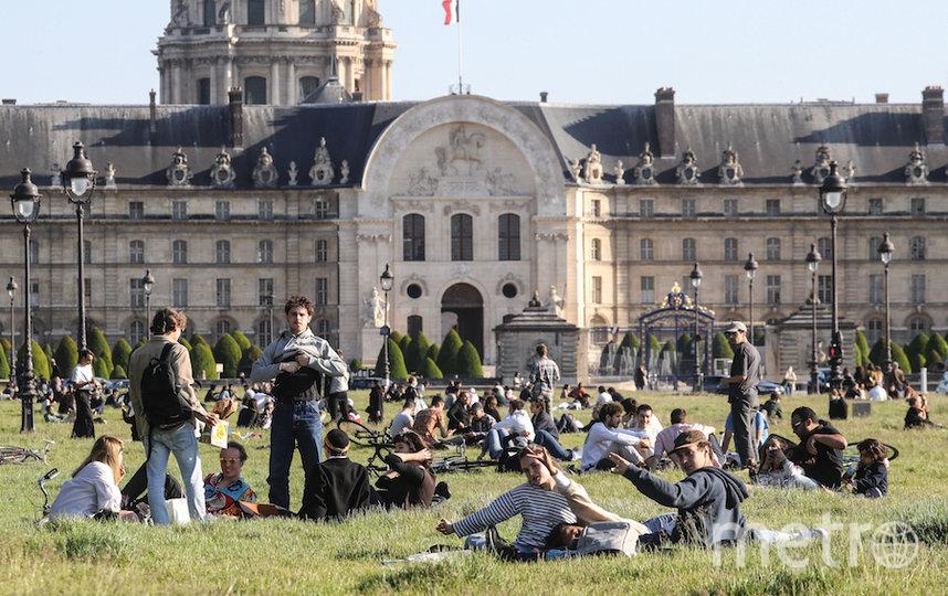 Люди на лужайке в центре Парижа. Фото AFP