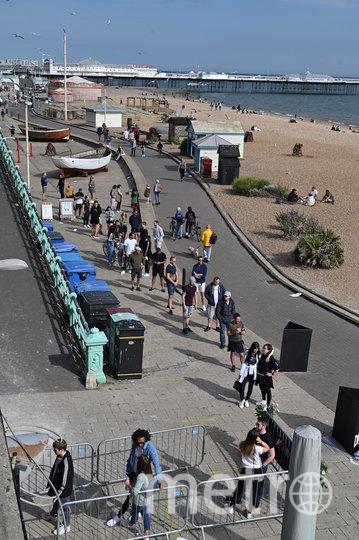 В Англии люди на пляже соблюдают дистанцию. Фото AFP