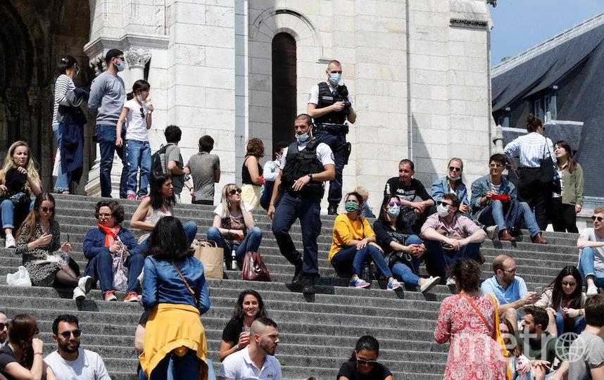 Парижане у подножия Сакре-Кёр. Фото AFP