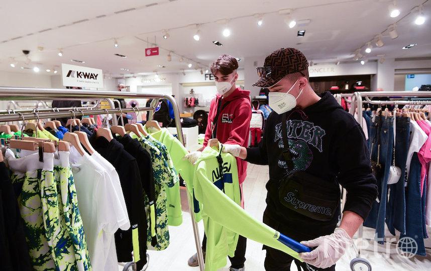 Покупатели в магазине Милана. Фото AFP