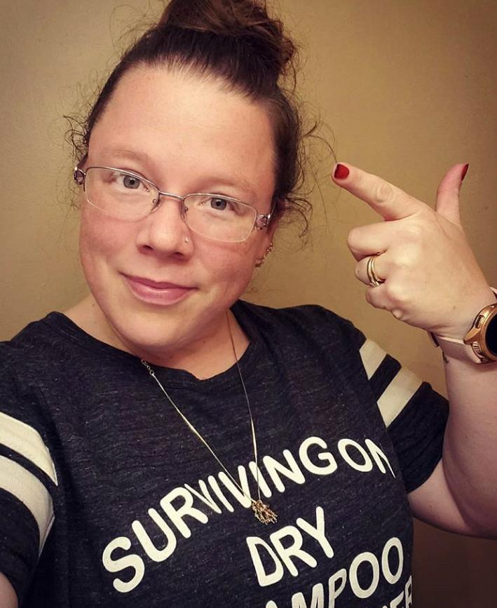 """""""Спасаюсь сухим шампунем и молитвой"""" написано на футболке одной из участниц челленджа. Фото Instagram @shenaniganswithstephanie"""