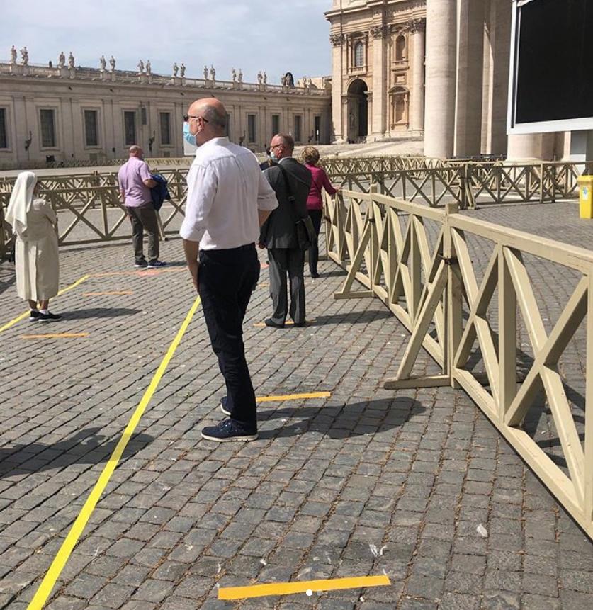 Площадь Святого Петра покрывают жёлтые полосы, напоминающие о социальной дистанции. Фото Instagram @matildelatorrede