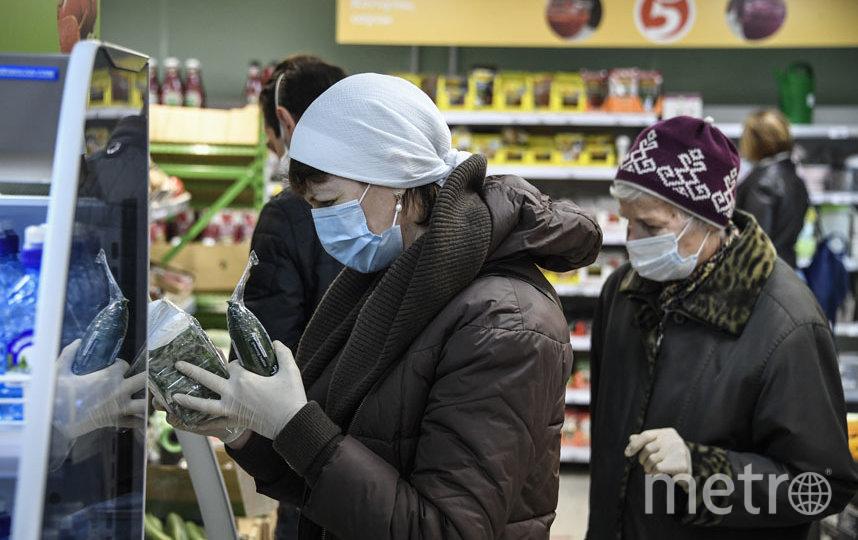 Что делать, если продавец в магазине просит вас снять маску. Фото AFP