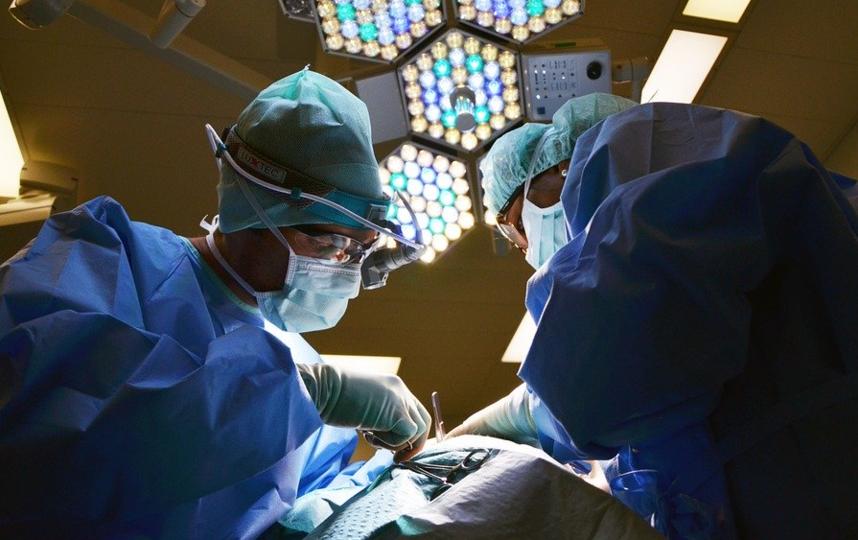 Врачи городской клинической больницы имени Ерамишанцева пришили пациенту большой палец руки, отрезанный бензопилой. Фото pixabay.com