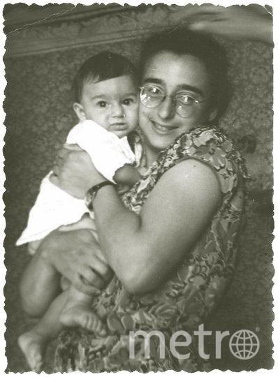 1957 год, инженер Ирина Блейх держит на руках дочку Галю – будущую художницу. Фото предоставлено Галиной Блейх