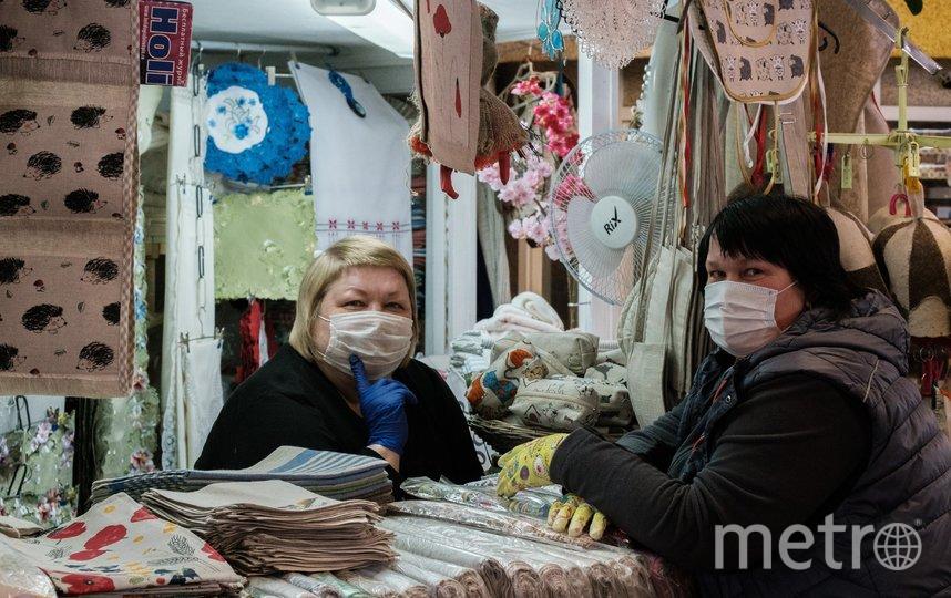 """Парикмахеры и продавцы работают в масках и перчатках. Фото Алена Бобрович, """"Metro"""""""