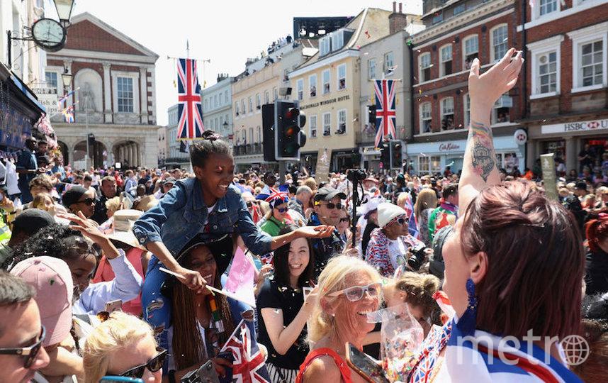 Тысячи людей на улицах приветствовали молодожёнов. Фото Getty
