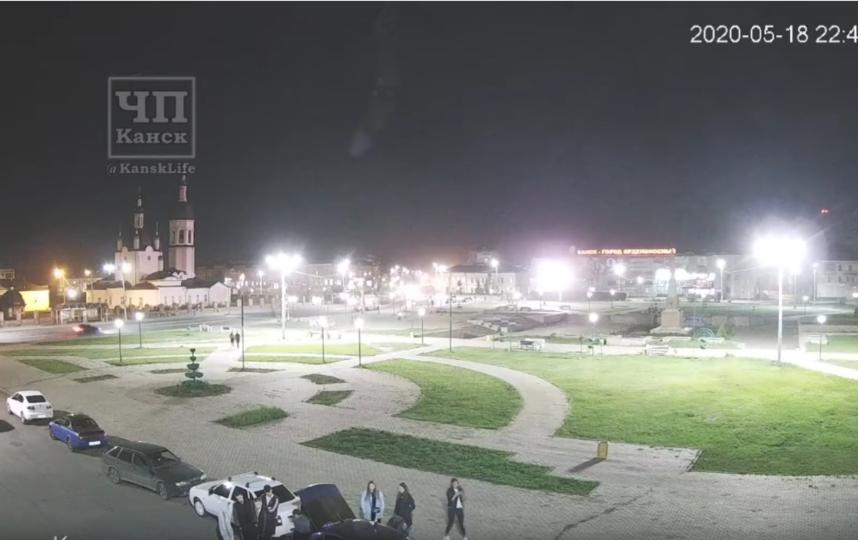 На кадрах видно, как вечером около 22.40 по местному времени на Землю падает что-то серо-белое. Фото Скриншот Youtube