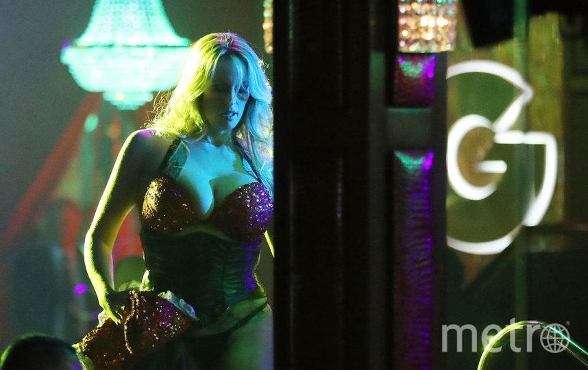 Теперь танцовщицы в стриптиз-клубе обязаны носить маску. Фото Getty
