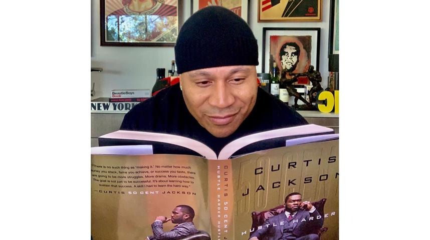 Эл Эл Кул Джей читает книгу, которую написал 50 cent. Фото instagram.com/llcoolj