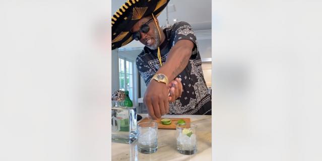Дидди готовит коктейль в мексиканской шляпе.