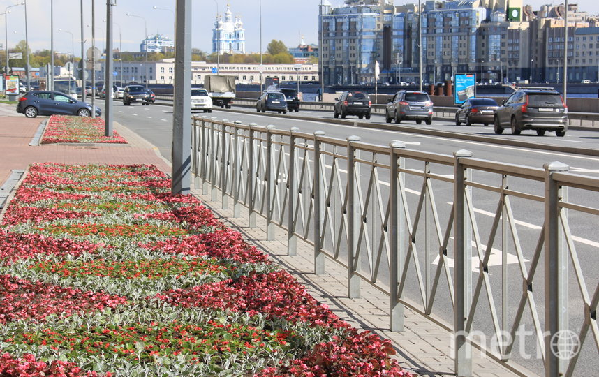 "Цветы высадили на площади Ленина. Фото gov.spb.ru/gov/otrasl/blago, ""Metro"""