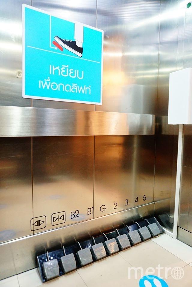 В лифте одного из торговых центров Бангкока установили педали вместо кнопок. Фото Seacon Square | Facebook