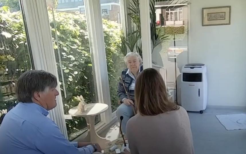 Пожилым людям с деменцией и болезнью Альцгеймера особенно необходимы встречи с родственниками. Фото Скриншот видео BBC.