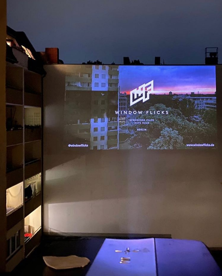 Так выглядит кинотеатр на стене из окна. Фото Instagram @windowflicks
