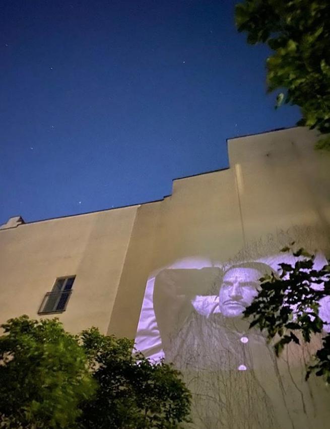 Фильмы показывают во дворах по четвергам и субботам. Фото Instagram @windowflicks