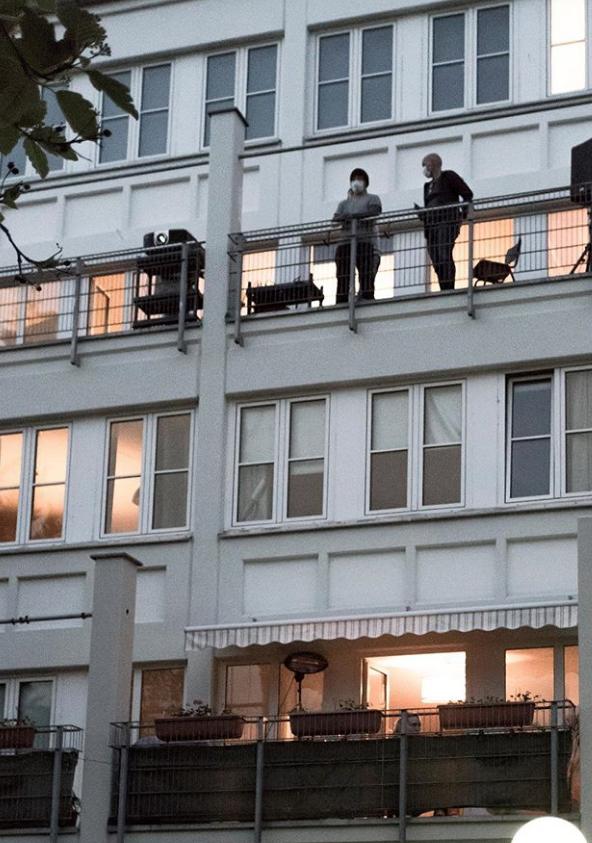"""Некоторые жители занимают свои """"зрительские"""" места на балконах. Фото Instagram @windowflicks"""