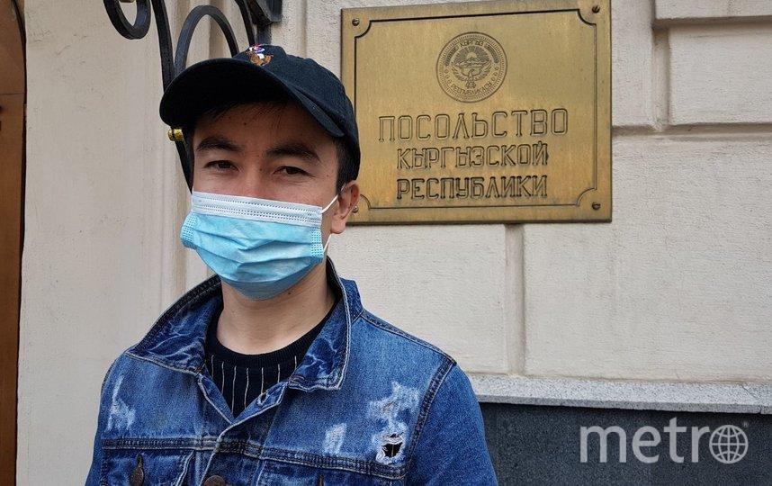 Молодой повар Билал потерял работу в Москве и хочет улелеть на родину с ребёнком и беременной женой. Фото Василий Кузьмичёнок