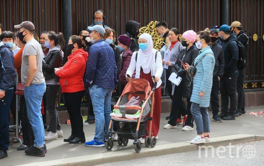 Чартерные рейсы в Киргизию летают раз в неделю. Желающих попасть на них много, но пока билеты продают только беременным, пожилым, инвалидам и семьям с детьми. И только после личной записи через посольство. Фото Василий Кузьмичёнок